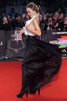 Der stürmische Wind in London macht der hübschen Tochter von Schauspiel-Ikone Johnny Depp kurzerhand einen Strich durch die Rechnung und Lily-Rose hält sich sicherheitshalber das Oberteil fest. Ob etwas verrutscht?
