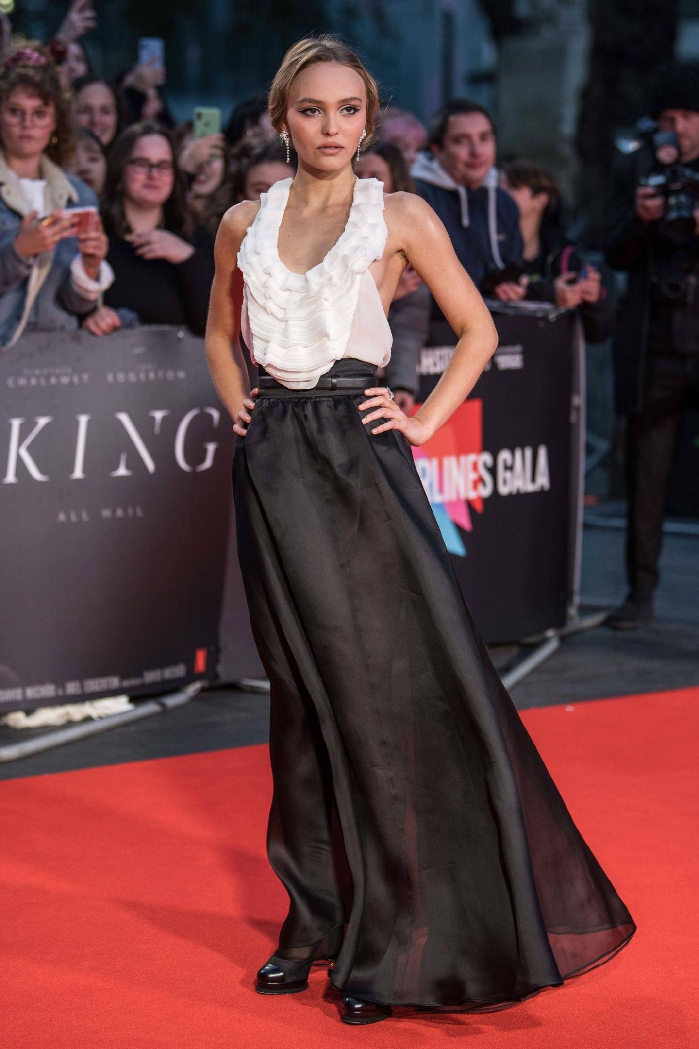 """Lily-Rose Depp hat für ihren Red-Carpet-Auftritt zur Film-Premiere von """"The King"""" in ein bodenlanges Kleid mit Rüschenborde aus dem Modehaus Chanel gewählt. Ein Kleid, bei dem auf den ersten Blick nicht viel schief gehen kann - oder doch?"""