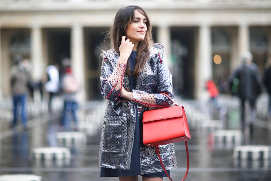 Regenkleidung, Frau auf der Straße mit Regenjacke und Handtasche