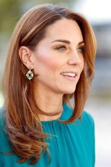 Bei ihrem Besuch des Aga Kahn Centers in London trägt Kate ein Maxikleid von ARoss Girl x Soler für knapp 1100 Euro – dazu kombiniert sie Ohrringe in Türkis-Tönen des Labels Zeen für gerade mal sieben Euro.