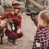 Na, wer guckt denn da? Beim Familienausflug ins Wildgehege machen Isabell Horn und ihre Tochter Bekanntschaft mit ein paar frechen Ziegen.