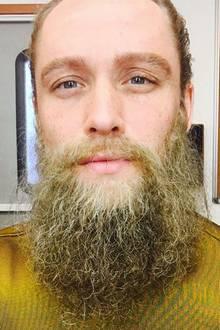 """3. Oktober 2019  Der Schauspieler im Hipster-Look? Nicht doch.Matthias Schweighöfer teilt dieses Bildvom Dreh zu """"Vier gegen die Bank"""" und erinnert damit seine Fans an die anstehende Free-TV Premiere der Krimikomödie."""