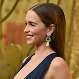 """Game of Thrones""-Star Emilia Clarke lässt bei den Emmy Awards ein süßes Tattoo blitzen."