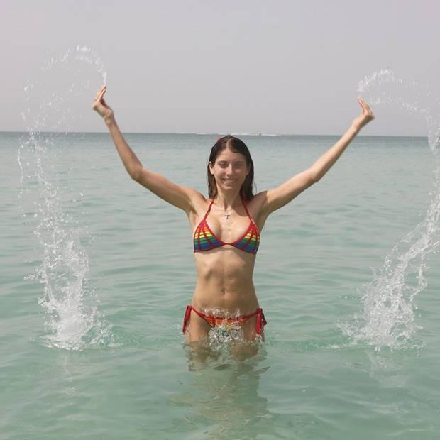 Cathy Hummels hat allen Grund zu feiern: Sie und Sohn Ludwig verbringen gerade erholsame Tage im sonnigen Dubai. Am Strand posiert das Model in einem auffälligen Bikini mit Regenbogenfarben-Print und einem Waschbrettbauch, der sich sehen lassen kann.