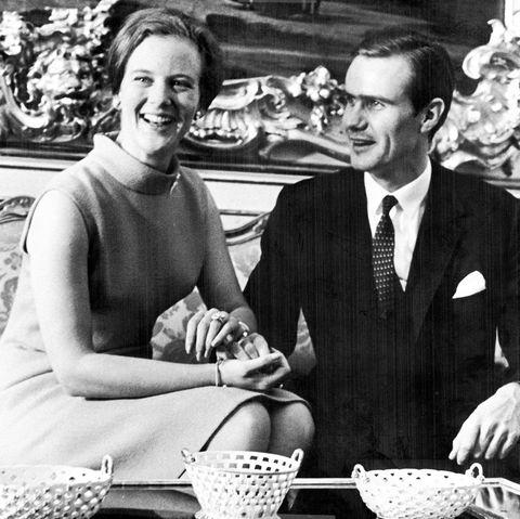 5. Oktober 1966  Mit strahlenden Gesichtern verkünden die zukünftige Königin von Dänemark Prinzessin Margrethe und der französische Diplomat Graf Henri de Laborde de Monpezat auf Schloss Amalienborgihre Verlobung, die Hochzeit im Sommer des folgenden Jahres macht aus dem Grafen Prinz Henrik. 2017 könnendie beiden noch ihre Goldene Hochzeit, bevor Henrik im darauffolgenden Februarverstirbt.