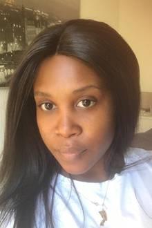 """Auf Instagram schreibt Tänzerin und """"Let's Dance""""-Jurorin Motsi Mabuse: """"Wenn ich ungeschminkt bin, halten mich die meisten Menschen für eine Schwester von Motsi Mabuse"""" und setzt dahinter ein Lachsmiley. Unter der Woche seiMotsi am liebsten ungeschminkt, um mit ihrer Tochter zu kuscheln, postetsie unter das hübsche No-Make-up-Bild."""