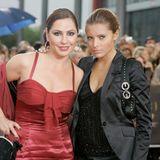 2007  Zusammen mit Mama Simone, erscheintSophia Thomalla auf dem Red-Carpet des Deutschen Fernsehpreises 2007 in Köln. Sophia trägt die Haare zum Dutt gebunden und betont ihre Augen mit einem schwarzen Lidstrich am unteren Augenkranz.