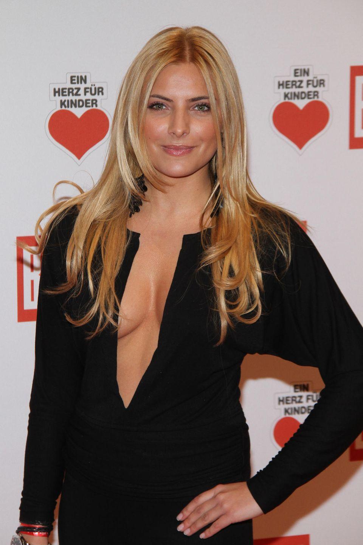 """2011  Noch im selben Jahr entscheidet sich die Schauspielerin, ihre von Natur aus dunklen Haare zu blondieren und beweist beim Charity-Event """"Ein Herz vor Kinder"""", dass sie keine Angst vor Umstylings hat."""