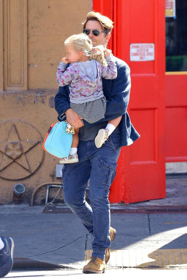 5. Oktober 2019  Auf dem Arm von Papa Bradley Cooper ist es doch am schönsten, durch das sonnige New York zu spazieren. Findet zumindest die süße Lea, und mit Daumen im Mund macht das noch mehr Spaß.