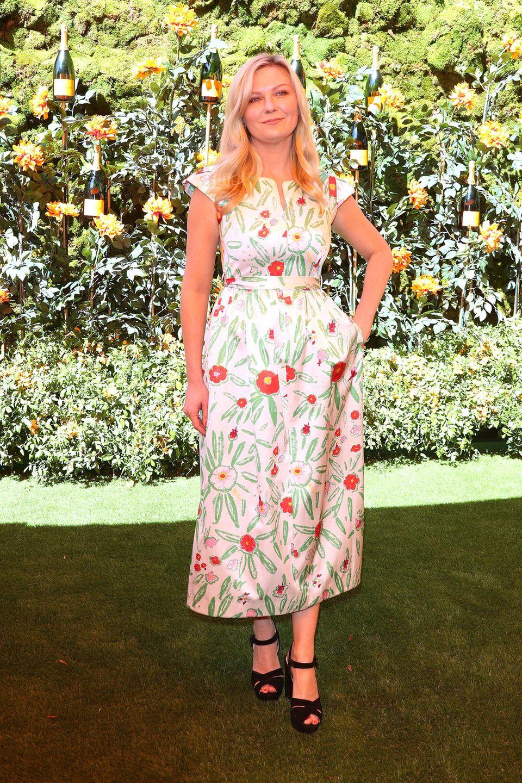 Kirsten Dunst erscheint ebenfalls auf dem Polo-Turnier in L.A. Sie strahlt in einem Blumenkleid in MIdi-Länge und Taillengürtel des LabelsVika Gazinskaya.