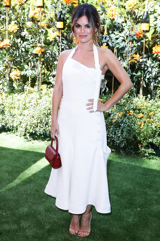 Klassisch in Weiß und mit Mini-Henkeltasche verzaubert Schauspielerin Rachel Bilson die Fotografen. Ihr Look stammt aus dem DesignerhausJacquemus.