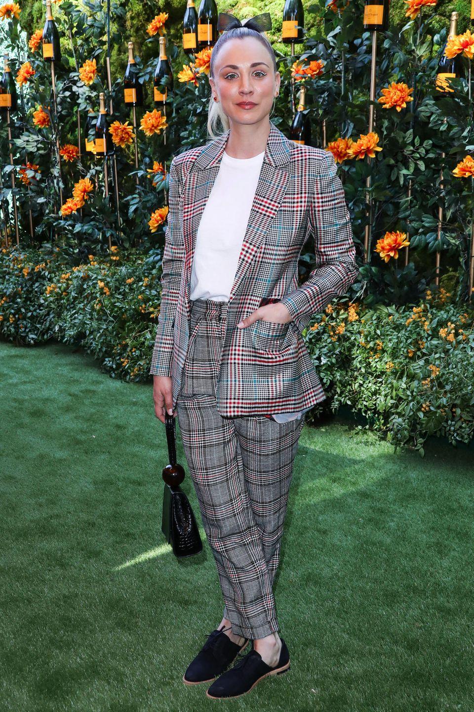 Dass es nicht immer ein verspieltes Kleid sein muss, beweist SchauspielerinKaley Cuoco in ihrem androgyn-stylischen Zweiteiler des Labels Missoni.