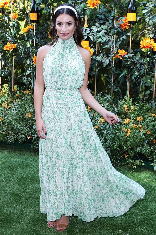 Mit Haareifen und mint-farbenem Wallekleid von Amur setzt sich Lea Michele auf dem Green-Carpet in Szene.