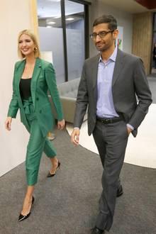 In einem smaragd-grünem Zweiteiler verzaubert uns Ivanka Trump bei einer Roundtable-Diskussion in Texas. Ihren Bob trägt Ivanka glatt und mit Mittelscheitel. Goldene Creolen lockernihren Business-Look auf.