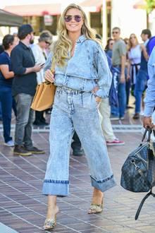 Doppelt hält besser – dachte sich wohl Heidi Klum bei diesem Double-Denim-Look. Perfekt in Szene gesetzt, wird dieser Look durch dieschlichten, in Nude- und Brauntönen gehalteneAccessoires, den strahlend blonden Haaren und der lässigen Pilotenbrille.