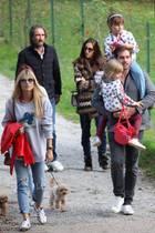 5. Oktober 2019  Ganz entspannt genießt die Hunziker-Trussardi-Familie ihren Ausflug mit Freunden. Besonders bequem geht es dabeifür Celeste und Sole zu, die beide von Papa Tomaso getragen werden.