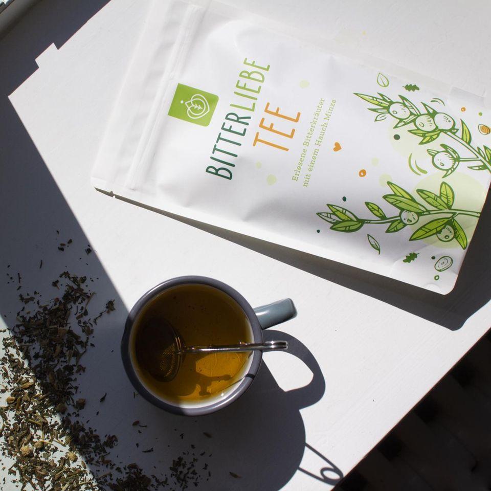 BitterLiebe-Tee lose, Teetasse, Verpackung auf der Fensterbank