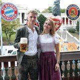 Oktoberfest 2019: Gut gelaunt mit einer Maß Bier und seiner Freundin im Arm präsentiert sich Fiete Arp.