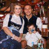 Oktoberfest 2019: Thiago Alcantara und seine Frau Julia Vigas feiern zusammen mit Söhnchen Gabriel im Festzelt.