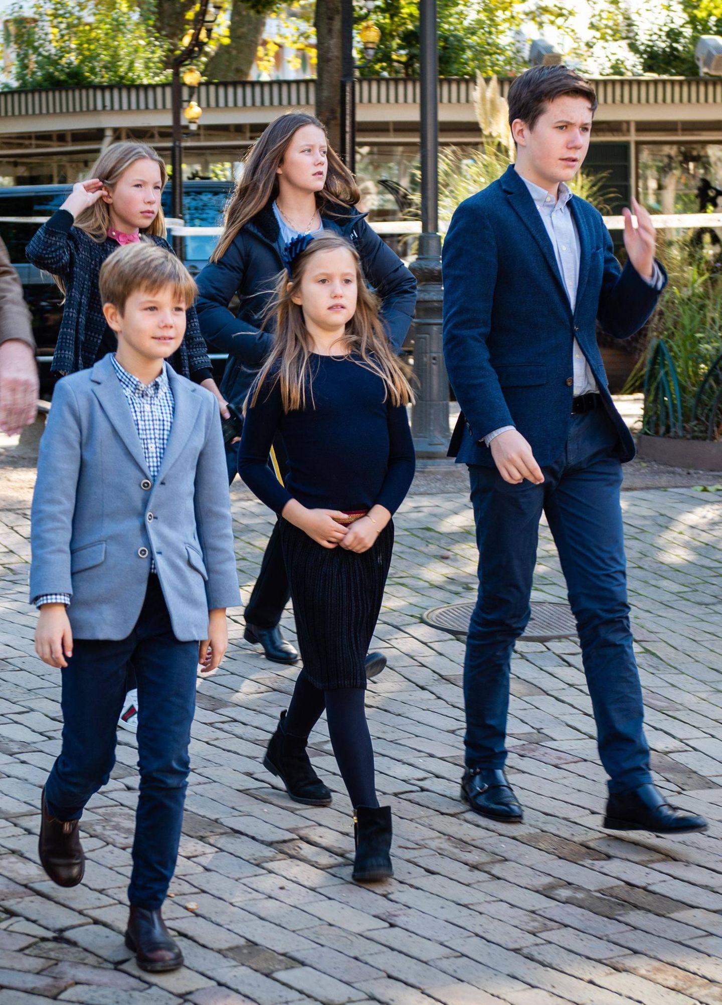 """5. Oktober 2019  Ohne ihre Eltern Prinzessin Mary und Prinz Frederik besuchenPrinzessin Isabella, Prinzessin Josephine, Prinz Vincent und Prinz Christian diePremiere des Stücks """"Skovens Dronning"""" im Märchentheater im Tivoli."""
