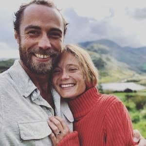 """""""Sie hat ja gesagt!"""", schreibt James Middleton voller Freude auf Instagram und verkündet damit seine Verlobung mit Alizee Thevenet. Zum Beweis hält die französische Finanzexpertin ihren funkelnden Verlobungsring in die Kameralinse: Bestückt mit einem wunderschönen Saphir. Ein Verlobungsring, der dem von Herzogin Kate, James' älteren Schwester, ziemlich ähnlich sieht. Auch Prinz William schenkt seiner Kate zur Verlobung einen Saphir-Ring – er gehörte seiner verstorbenen Mutter, Prinzessin Diana."""