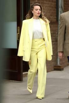 Weg mit dem Grau, Margot Robbie setztein farbenfrohes Statement im Herbst.Der zitrusgelbe Einteiler im klassischen Schnitt ist nicht nur elegant,sondern strahlt durch seine laute Farbgebung Selbstbewusstsein aus. Der perfekte Look für einen Tag, an dem man seine eigene Frau stehen muss.