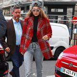 Ein absoluter Hingucker ist Gigi Hadid in ihrem leicht taillierten Karo-Blazer.Anstelle des klassischen Brit-Looks entscheidet sich das Model für den androgynen Stil. Die umgedrehte Cap und die leicht getönte Brille nehmen dem Outfit die Ernsthaftigkeit und versehen es mit einem gewollt humoristischen Augenzwinkern.