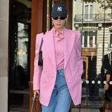 Bella Hadid landet mit ihrem Streetstyle eine Punktlandung. Der interessante Stilmix von elegantem Longblazer und farblich passender Bluse, kombiniert zu high-waist Jeans, Baseball Cap und Boots im Militärstil zeigt: Bella hat Spaß am herumexperimentieren.