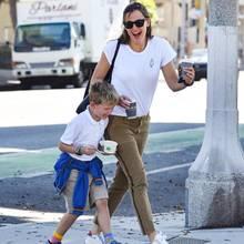 7. Oktober 2019  So sieht ein perfekterNachmittag aus: Nachdem Jennifer Garner ihren Sohn Samuel aus der Schule abgeholt hat, gibt's ein leckeres Eis und Spaß mit Mama obendrein.