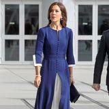 Beim Besuch in Frankreich zollt Prinzessin Mary dem Gastgeberland in einem taillierten blauenKleid mit weißem Unterkleid Tribut – die Nationalfarben stehen ihr hervorragend. Hingucker: Die dekorative Knopfleiste. Die Accessoires hält sie ganz dezent, sie trägt Perlenschmuck, schwarze Pumps und eine gleichfarbige Clutch.