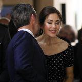 Bei einem Empfang am Abend zeigt sich das dänische Kronprinzenpaar, das am nächsten Tag seinen 16. Verlobungstag feiern wird, sehr verliebt.