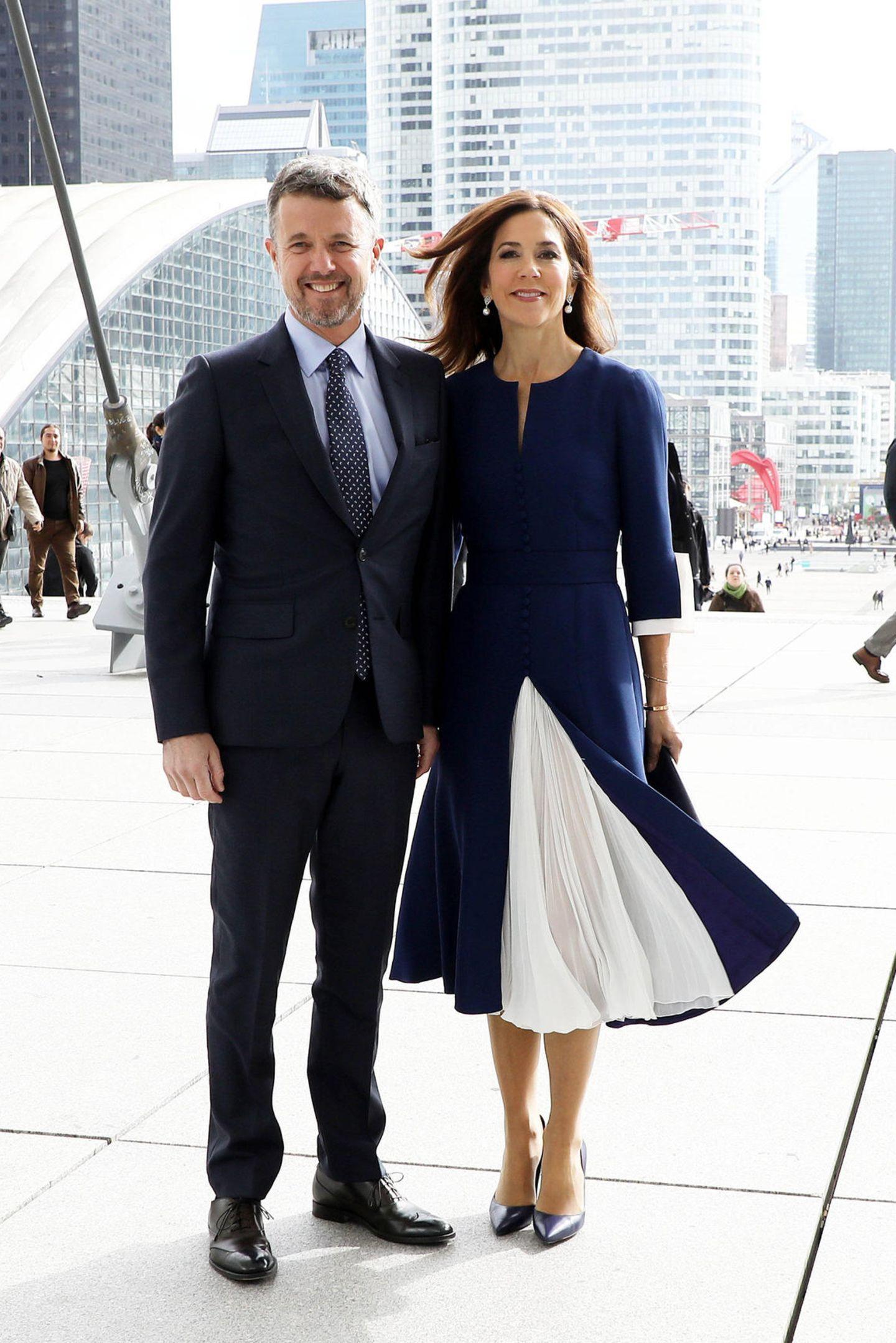"""7. Oktober 2019  Unter dem Motto """"Dänemark und Frankreich - gemeinsam für ein besseres Leben und eine nachhaltige Zukunft"""" sind Prinz Frederik und Prinzessin Mary für drei Tage nach Paris gereist. Hand in Hand posieren sie am Grande Arche."""