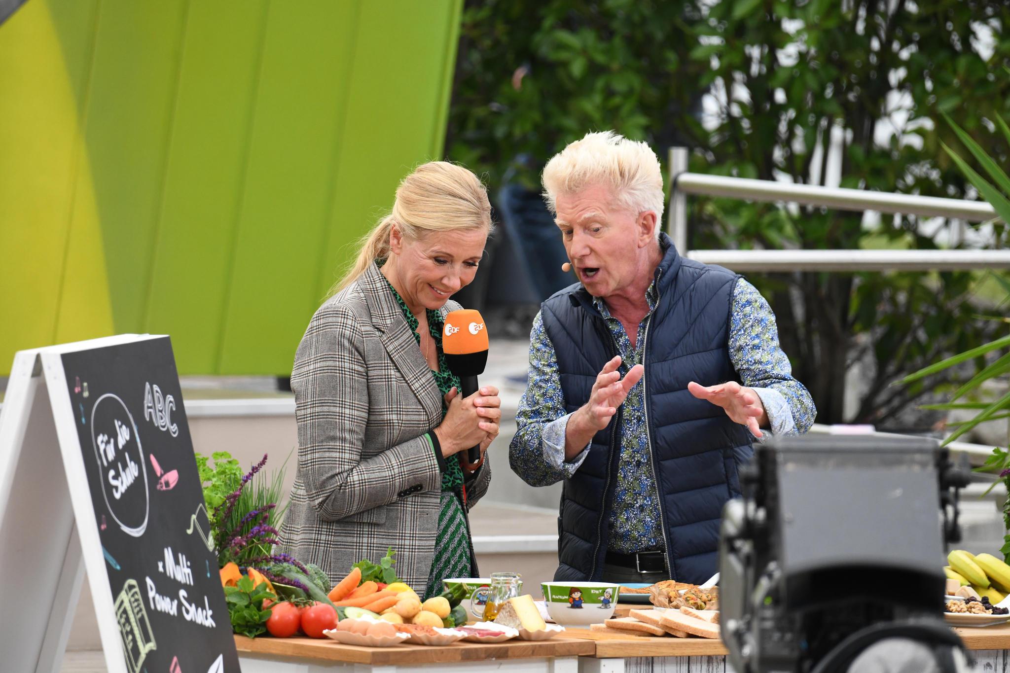 "Andrea Kiewel und Armin Roßmeier geben im ""ZDF Fernsehgarten"" launige Kochtipps"