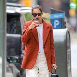 So kann der Herbst kommen: Im schicken Herbst-Outfit und einem heißen Kaffee in der Hand schlendert Katie Holmes die Fifth Avenue in New York entlang.