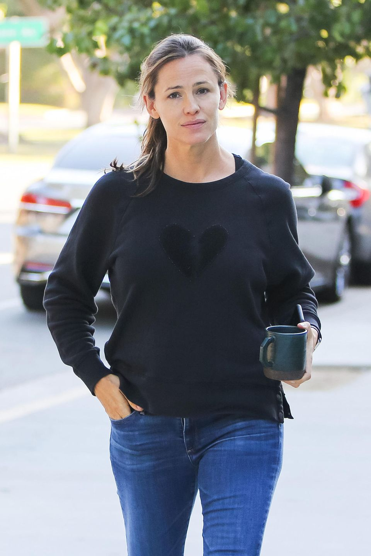 Jennifer Garner braucht erst noch einen guten Kaffee um richtig wach zu werden. Vorbildlich zeigt sich die Schauspielerin indem sie auf einen Wegwerf-Pappbecher verzichtet und stattdessenihreeigene Tasse mitbringt.