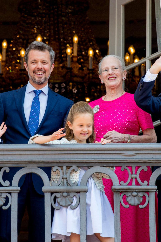 Das dänische Königshaus: PrinzessinMary Prinz Frederik, Königin Margrethe und Prinz Christian (hintere Reihe), PrinzessinIsabella, PrinzVincent und PrinzessinJosephine (vordere Reihe).