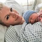 Melanie Müller hält ihren kleinen Matty im Arm
