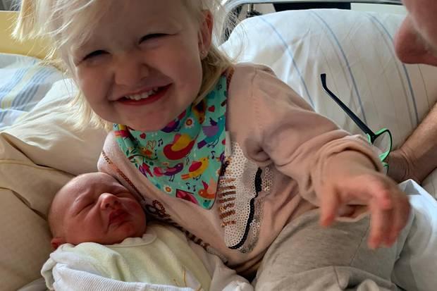 Mia Rose freut sich über ihren kleinen Bruder Matty