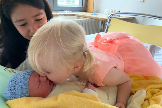 Mia Rose gibt ihrem Bruder einen Kuss, auch Au-pair-Mädchen Valentina freut sich