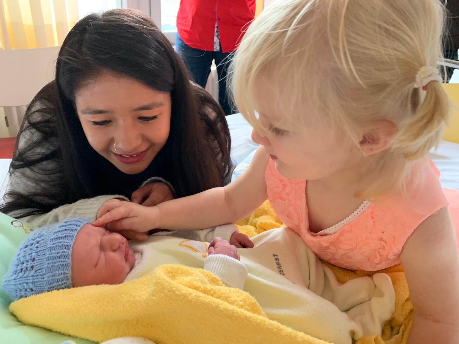 Mia Rose und Au-pair Valentina sind ganz begeistert von Matty