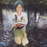 26. September 2019  Während des gemeinsamen Familienwochenendes in der Natur präsentiert Willow, die Tochter von Pink und Carey Hart, stolz ihren großen Fang.