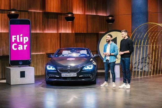 """Okan Gürsel (l.) und Sven Gunkel aus Bremen präsentieren mit """"FlipCar"""" eine Autovermietung für 1 Euro. Sie erhoffen sich ein Investment von 500.000 Euro für 10 Prozent der Anteile an ihrem Unternehmen."""
