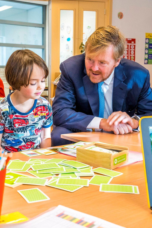 8. Oktober 2019  Solch hohen Besuch bekommen die Kinder der Grundschule Aldoende in Amsterdam nicht alle Tage. Interessiert lässt sich König Willem-Alexander zeigen, wie hier so gelernt wird.