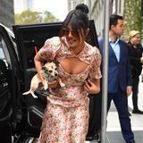 """Sommerlich und sexy: Priyanka Chopra trägt auf dem Weg zur """"Today Show"""" in New York ein florales Kleid des Labels Markarian – und ihren Hund Diana auf dem Arm. Das Kleid hat einen raffinierten Ausschnitt und setzt ihr Dekolleté perfekt in Szene."""