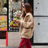 Gut verpackt in ihreTeddy-Jacke läuft Emily Ratjkowski durch die Straßen von New York. Das Model ist sonst bekannt für ihre freizügigen Outfits.
