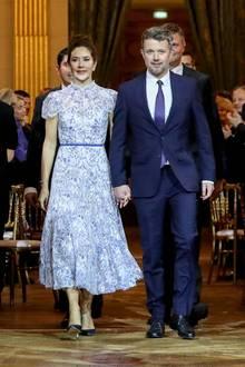 8. Oktober 2019  An diesem Abend sind alle Augen auf Prinzessin Mary gerichtet, die Hand in Hand mit ihrem Mann Prinz Frederik das festliche Rathaus betritt. Die Kronprinzessin sieht in ihremblau-weißenSpitzenkleid mit hohem Kragen und kurzen Ärmeln und mit ihre eleganten Hochsteckfrisur einfach umwerfend aus.