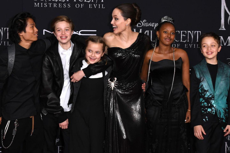 Pax Thien Jolie-Pitt, Shiloh Nouvel Jolie-Pitt, Vivienne Marcheline Jolie-Pitt, Angelina Jolie,Zahara Marley Jolie-Pitt, Knox Leon Jolie-Pitt