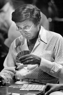 """Barry Crane  In den 70er- und 80er-Jahren gehörter zu den gefragtesten Regisseuren Hollywoods: Barry Crane drehtunter anderem Folgen für Serienhits wie """"Hawaii Fünf-Null"""", """"Kobra, übernehmen Sie"""" und """"Der unglaubliche Hulk"""". Doch im Juli 1985 wird der damals 57-jährige Filmemacher, der auch ein erfolgreicher Bridge-Spieler ist, brutal ermordet in der Garage seiner Wohnung in Los Angeles aufgefunden. Jetzt - 34 Jahre nach dem mysteriösen Mordfall - ist ein Tatverdächtiger dem Haftrichter vorgeführt worden. Zum Zeitpunkt der Tat soll der Verdächtige, ein Automechaniker, unter Drogen gestanden haben."""