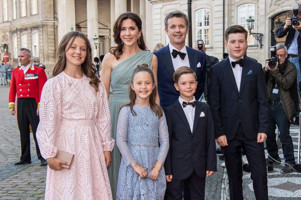 Prinzessin Mary und Prinz Frederik mit ihren KindernPrinzessin Isabella, Prinzessin Josephine, Prinz Vincent und Prinz Christian