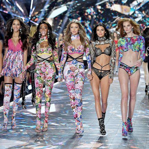 Barbara Palvin, Yasmin Wijnaldum, Winnie Harlow, Gigi Hadid, Kendall Jenner und Alexina Graham auf dem Runway der Victoria's Secret Show 2018.